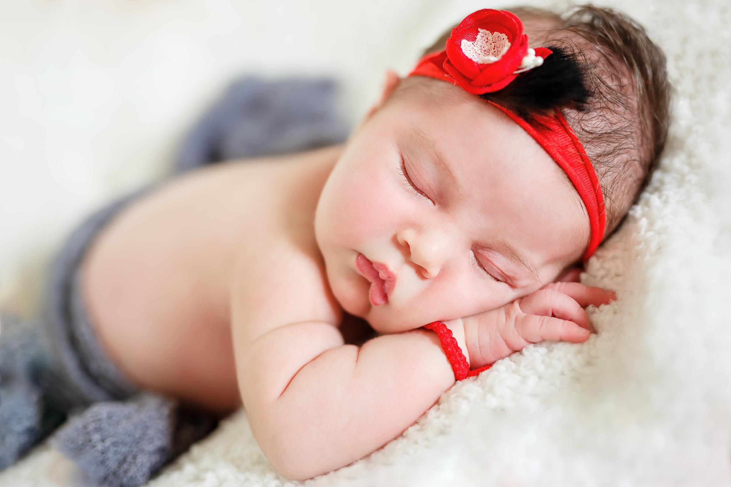 fotografie nou nascut bentita rosie