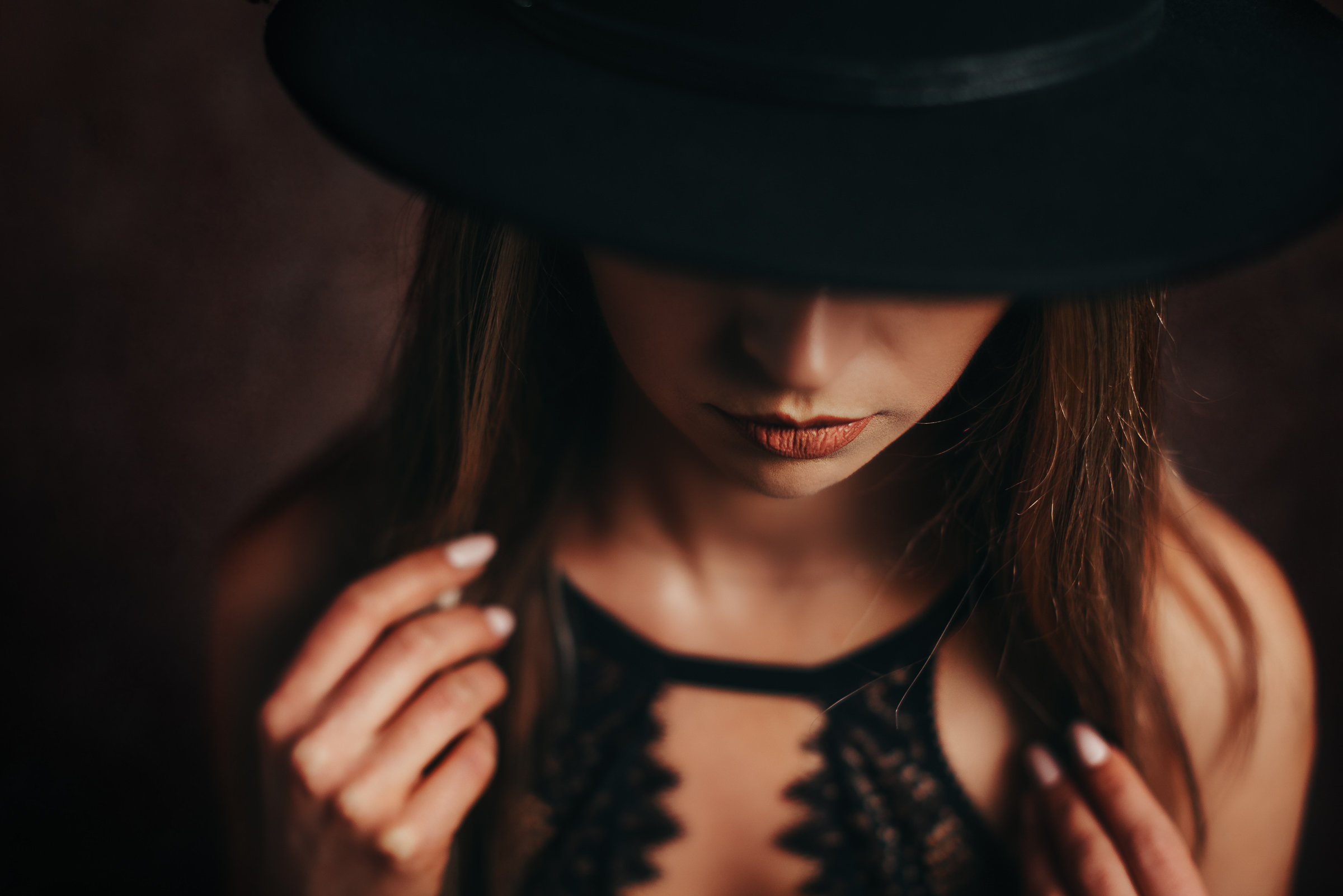 Embrace Yourself - Portret de Femeie